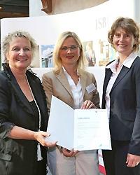 """Karin Kaltenkirchen, Geschäftsführerin des Modehaus Marx Trier, von den Ministerinnen Irene Alt und Eveline Lemke als """"Vorbildunternehmen in Rheinland-Pfalz"""" ausgezeichnet"""